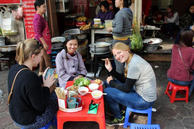 Auf der Street Food Tour in einem typischen Strassenrestaurant