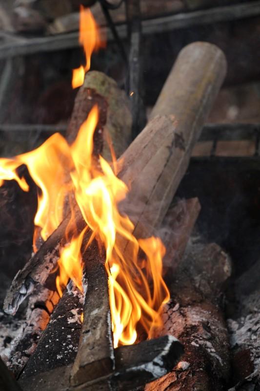 Aufwärmen am Feuer nach der Dark Cave mit Rum & Tee
