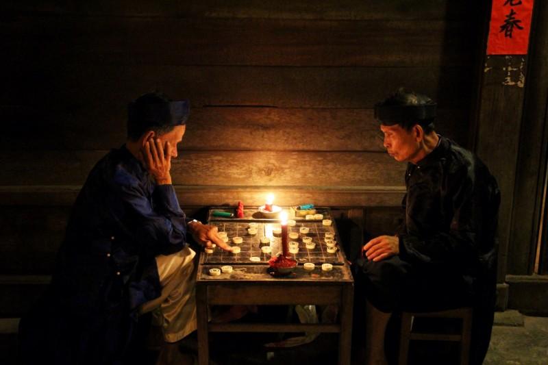 """Auch die alten Leute zelebrieren das """"ursprüngliche Leben"""" während dem Full Moon Festival. Die Lichter werden ausgeschalten und es brennen nur noch Kerzen und Laternen."""