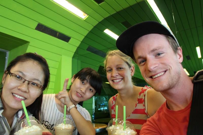 Mit Ngân & Trang bei der Hauptbeschäftigung vieler junger Vietnamesinnen: Kaffee trinken