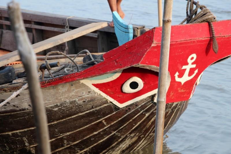 Die Mekong-Boote haben immer Augen beim Bug des Schiffes. Dies soll früher die Krokodile verscheucht haben (Sind heute jedoch quasi ausgerottet)