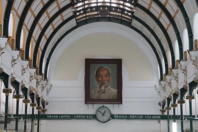 Ein Bild von Ho Chi Minh im Post-Hauptgebäude