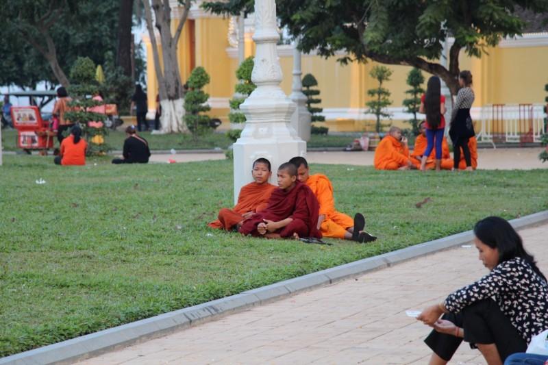 Der Park vor dem Königspalast ist voller Mönche.