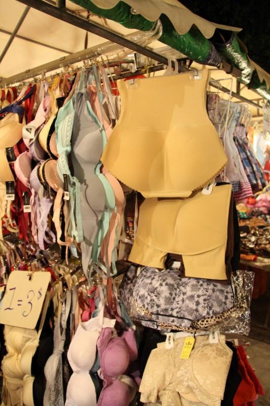 Da die meisten in Südostasien sehr schlank sind und keinen Po haben, brauchen sie eine extra dicke Hose :-)