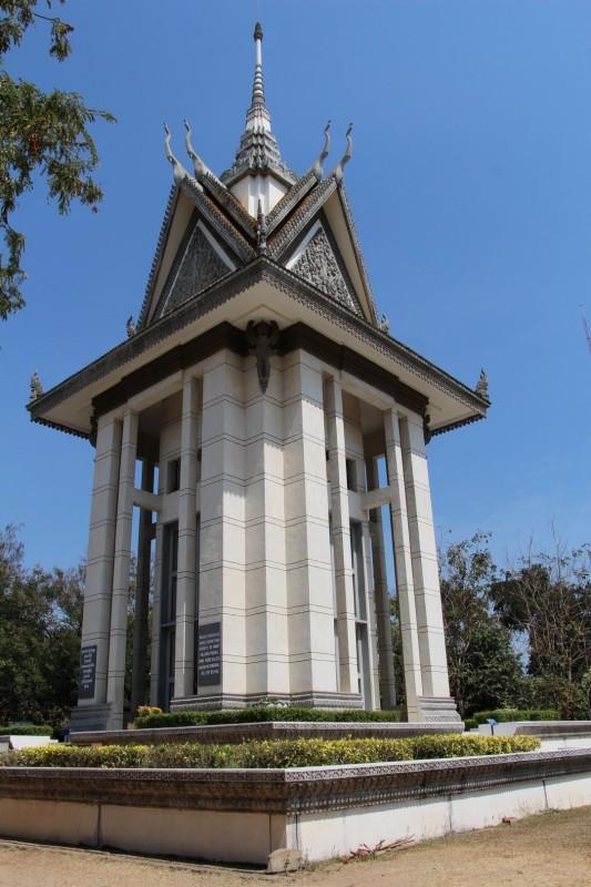 Gedenkstupa, darin wurden die Totenschädel aufegstabelt von den ermordeten Khmers.