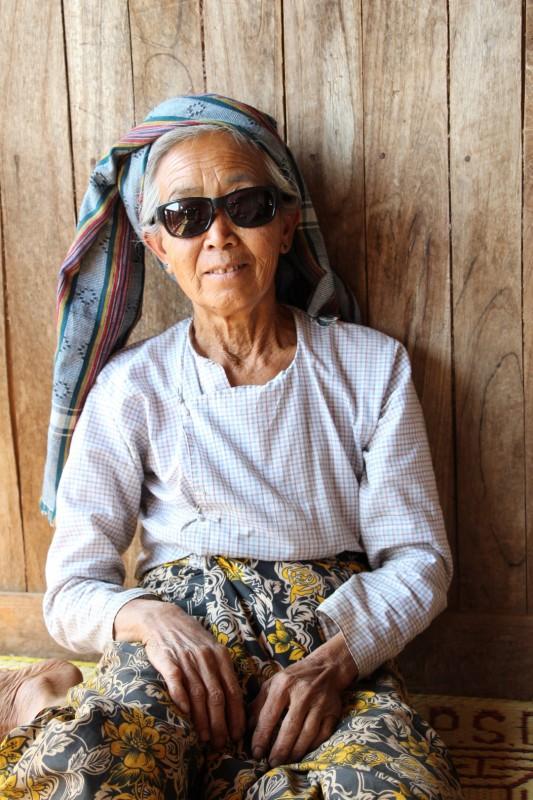 Unsere Gastgeberin beim 1. Mittagessen - Sie trug das Erste Mal eine Sonnenbrille, als sie das Foto sah, konnte sie sich kaum halten vorlachen :-)