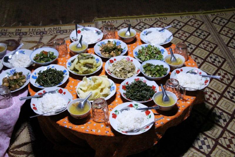 Ein richtiges Festmahl zum Abendessen, während der Trekking - Tour.