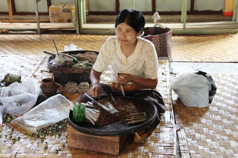Die berühmten burmesischen Cigarillos werden von Hand hergestellt.