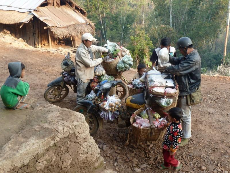 Morgenmarkt - In Hsipaw beginnt der Markt um 2 Uhr Morgens. Die Dorfbewohner haben jedoch keine Gelegenheit dort vorbei zugehen, deshalb kommt er zu Ihnen.