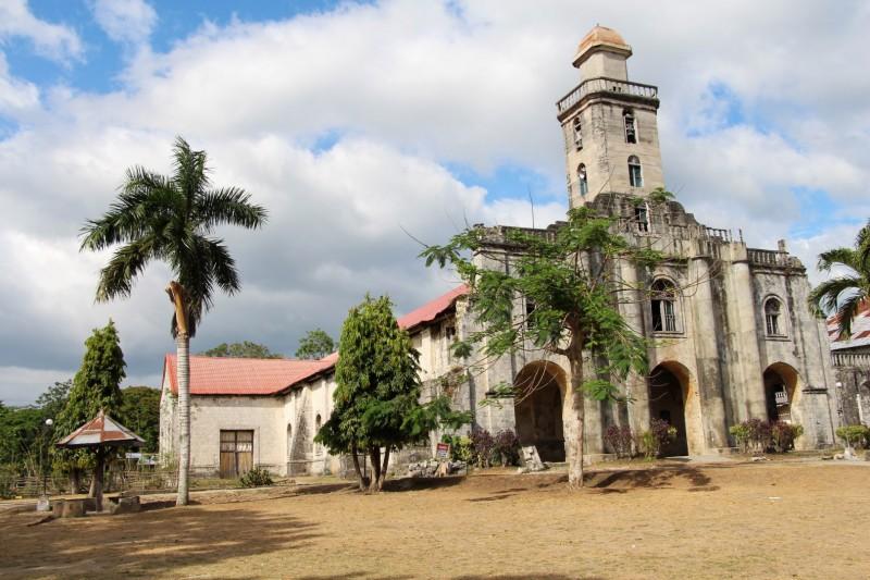 Eine Kirche, die etwas Schaden von einem Erdbeben hat.