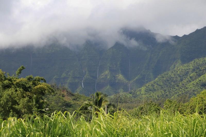 Mächtige Wasserfälle toben von den Bergen herunter