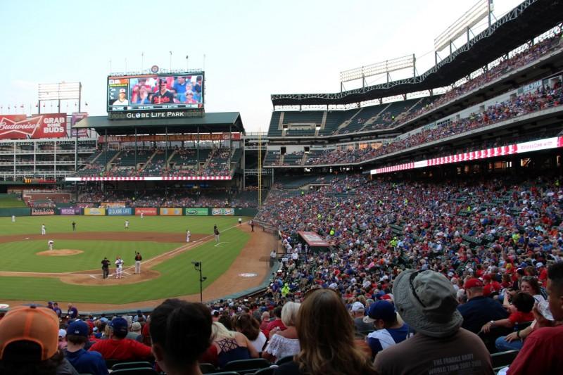 Typische Aktivitäten während dem schauen eines Baseball-Matches: Bier trinken, Erdnüsse Hot Dog und Zuckerwatte essen, Freunde treffen und ab und zu wieder schauen, was gerade so auf dem Spielfeld läuft