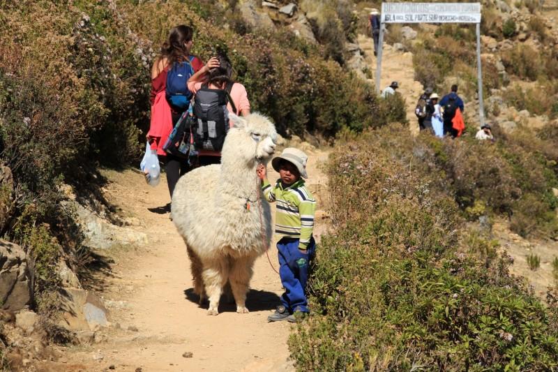 Hast du mir ein Bonbon?? Nein. Moechtest du ein Foto machen, kostet nur 5 Bolivianos.