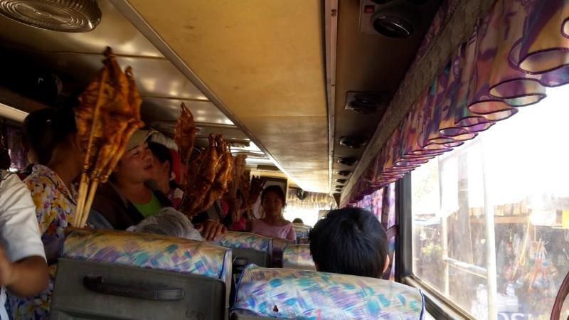 Verkäuferinnen im Bus in Laos. Das meiste davon war undefinierbar.