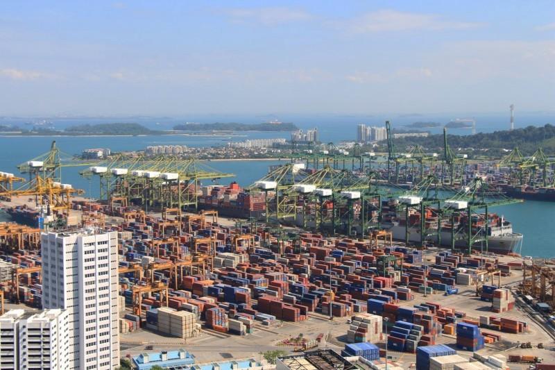 Unsere Päcklis dauerten jeweils ca. 3-4 Monate bis sie in der Schweiz ankamen. (Bild Fracht-Hafen in Singapur)