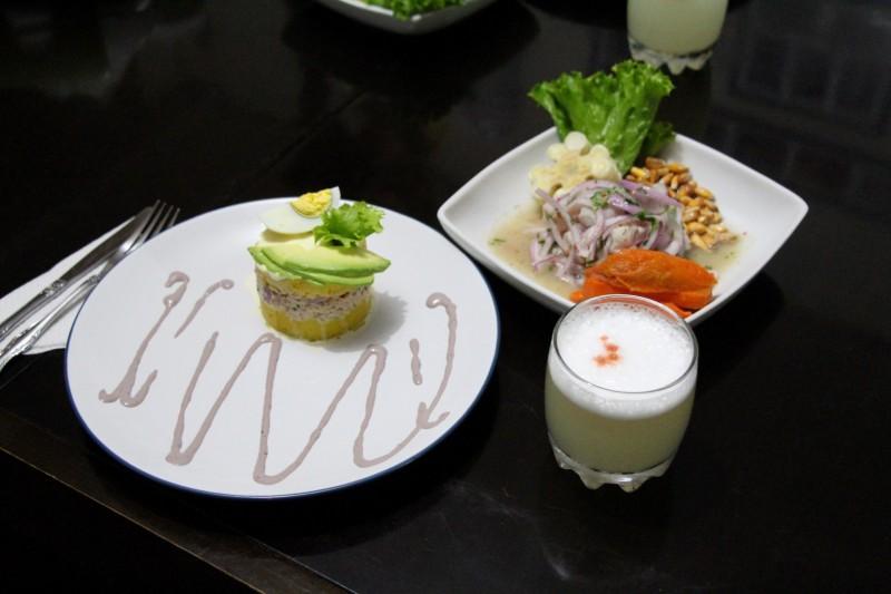 Unserer Meinung nach wird die Peruanische Küche total unterschätzt. Es gibt so viele köstliche Gerichte. Wir haben folgende gekocht: Causa de Rellena, Ceviche, Pisco Sour – Aji de Galllina ist leider nicht auf dem Bild.
