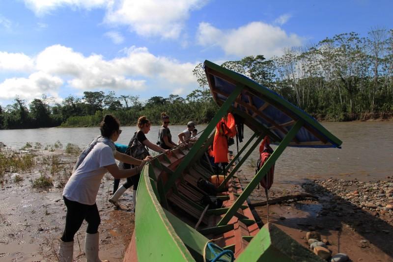 Am ersten Abend parkierten wir das Boot am Ufer. Leider sank der Wasserspiegel und am nächsten Morgen war das Boot an Land gestrandet :-)